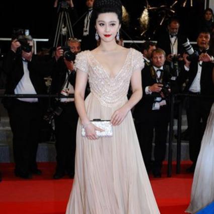 戛纳女星穿衣红黑榜|范冰冰美似白天鹅,张馨予棉被过大年!