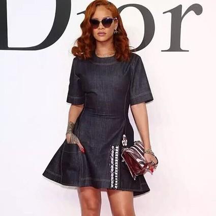 每日星范 | Rihanna 你几百年都不碰一次的牛仔裙、却被riri穿的这么酷