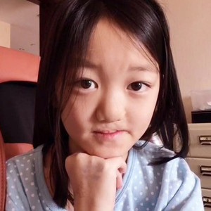 9岁李嫣比46岁王菲活得更潇洒,更自信!