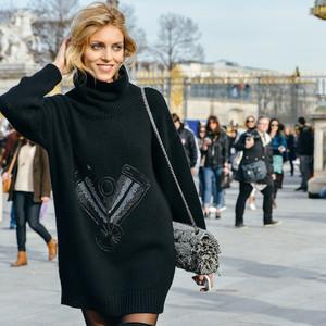 为什么街拍里的毛衣都那么时髦?因为它们都是超大号!