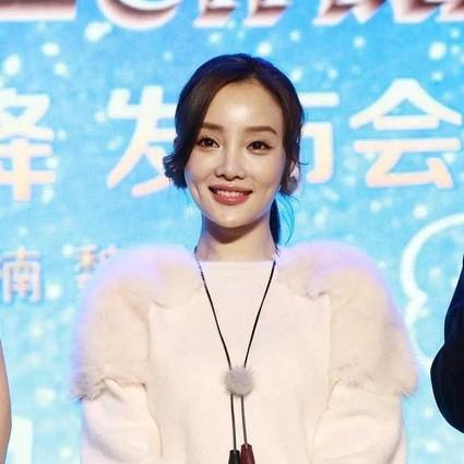 """李小璐敢与张艺兴比""""鲜"""",靠得就是自带的少女粉红妆!"""