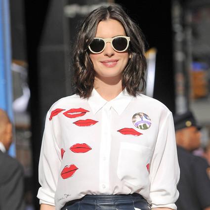 Anne Hathaway 一件小皮裙就帅到没朋友!
