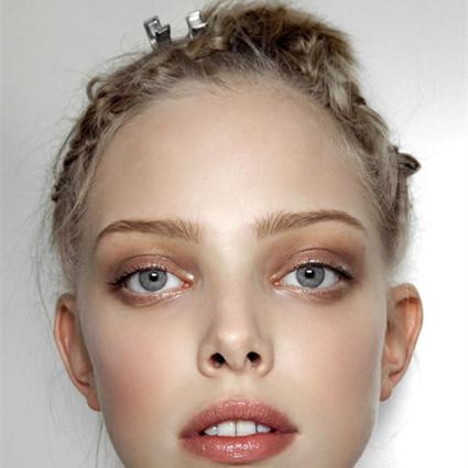 选择恐惧症患者们注意了!如果,只允许你带一件化妆品出门,你该怎么办?