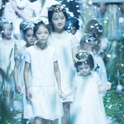 多多巴黎时装周走秀 老狐狸黄磊的女儿棒棒哒