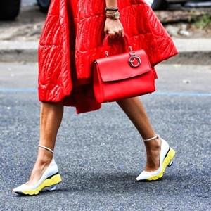 谁说秋冬就要穿得黑压压,一只红包让你艳压全场!