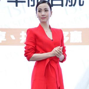 陶虹性感女人只需一件浴袍大衣!