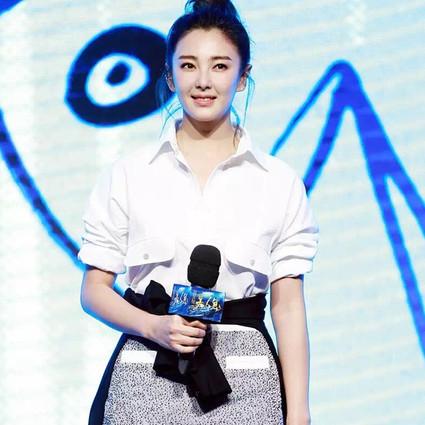 张雨绮 她用白衬衫承包了所有帅气!