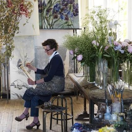 她把花草画满了整个屋子,装点的却是人生