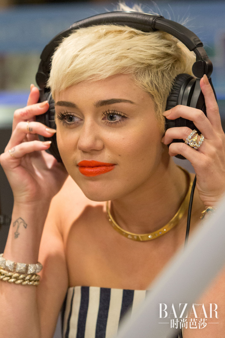 o-MILEY-CYRUS-ENGAGEMENT-RING-facebook