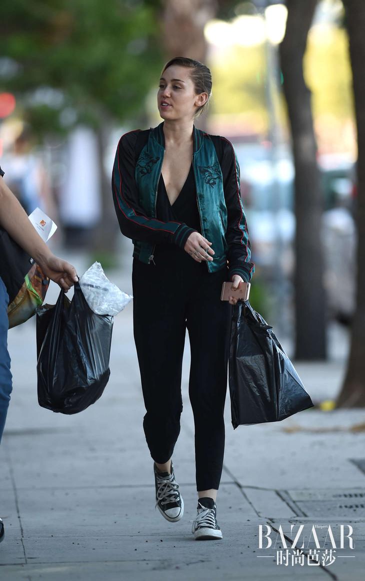 Miley-Cyrus--Shopping-in-LA--02