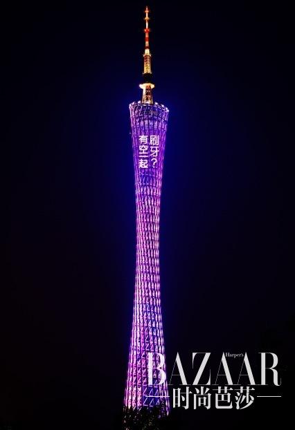 求吴亦凡站在铁塔的照片