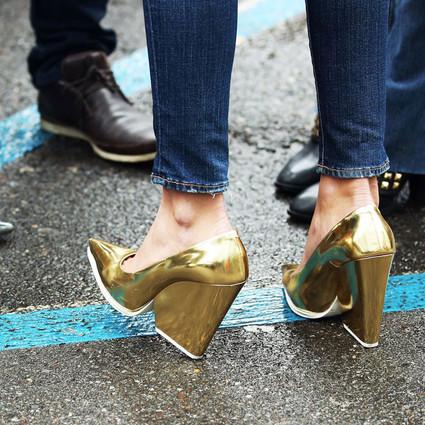 大家都在穿|没有一双金属色鞋就要和时髦掉队咯!