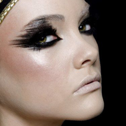 化妆迷 | 明星们都爱戴黑超墨镜,芭姐教你画个黑超妆,跟住明星冷酷到底!