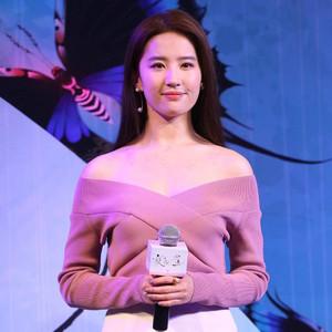 刘亦菲粉嫩露肩装美成美人鱼,Angelababy深V裤装帅成女王!