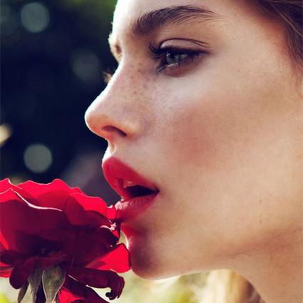 """画个红唇可不够,配上对的香水那才叫完美,""""色香""""计划今天就开始吧!"""