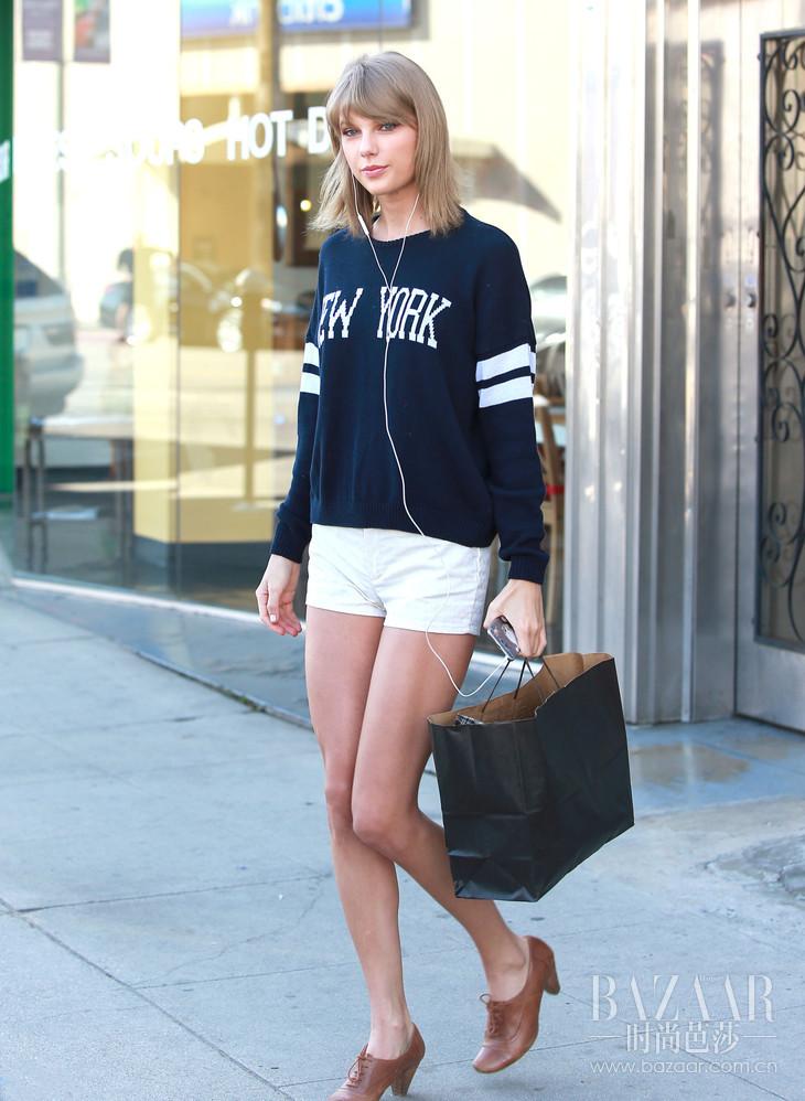 字母套头卫衣搭配白色短裤清新又运动