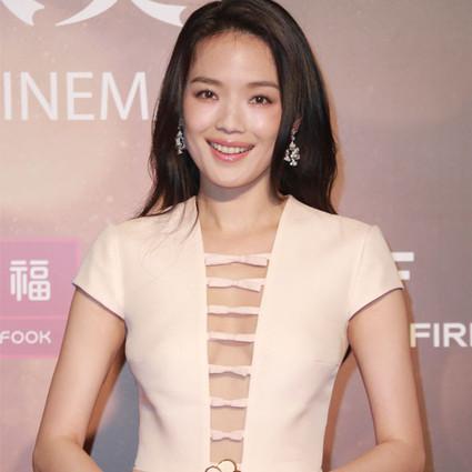 舒淇仙女裙美赢亚洲电影节,范冰冰却穿成了喷水池!