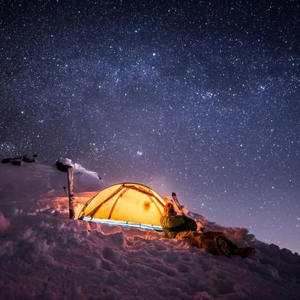 一对在雪山之巅约会的情侣,景色美得让人窒息