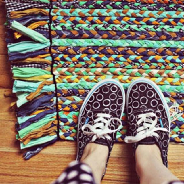 利用旧布条编织漂亮地毯
