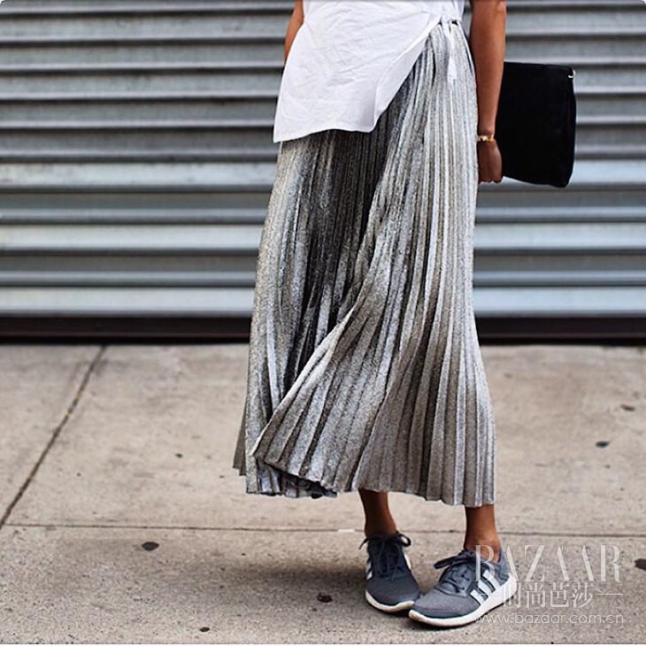 11.silver-pleated-skirt-grey-sneakers-oracle-fox