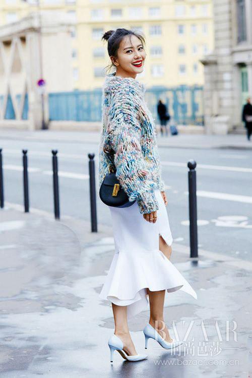 巴黎街拍 针织毛衣配上白色鱼尾裙