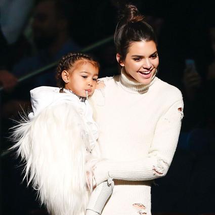 有了Kendall大美女抱着,西北妞看秀也不哭惹!