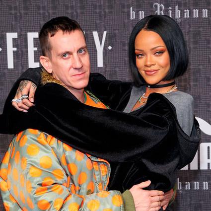 Rihanna的香肩露不停,左拥右抱人气高!