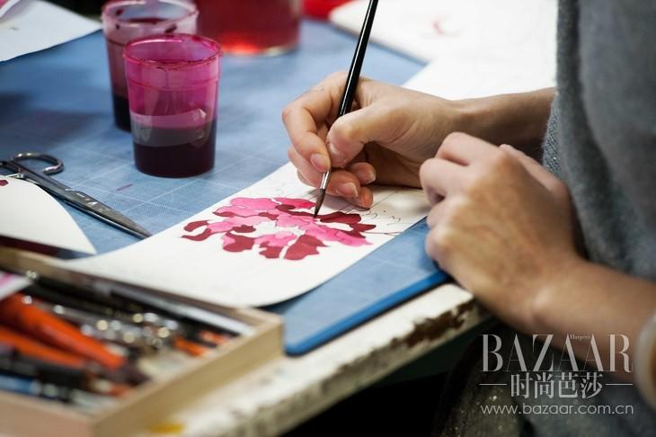 1. 从最初的手绘设计,到关键的印染,Leonard Paris工坊拥有最为严苛的制作标准。