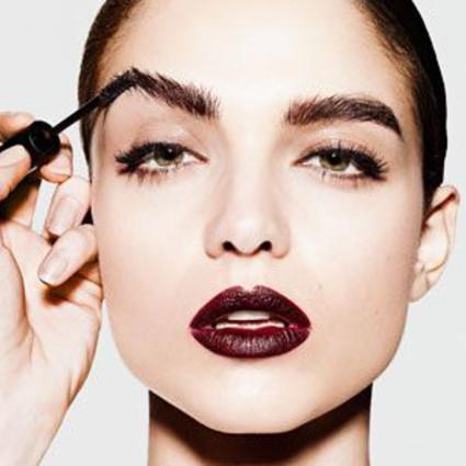 2016没有比眉妆更好玩的了!因为走秀模特都用睫毛膏来玩3D眉啦!