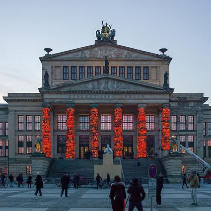 中国艺术家把14000个救生衣围在了柏林乐团的门柱上