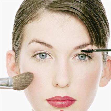 赶快跟这些会影响你形象的化妆习惯分!手!