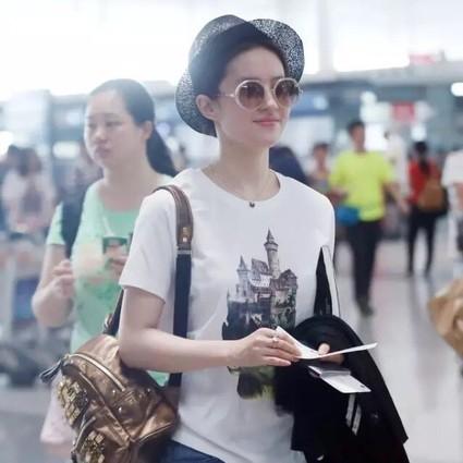 刘亦菲 天仙今天不化妆,只穿T恤牛仔裤,但只要一顶编织帽照样美上天!