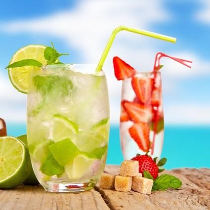 夏天来和姑娘一起喝杯鸡尾酒是个不错的主意