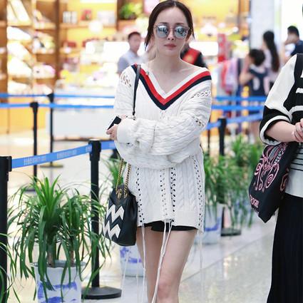 杨幂夏天穿毛衣嫩得能挤出水,刘雯T恤背带裙也是美人一脸的少女!