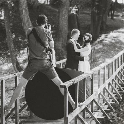 你见过美丽的婚纱照,但你见过背后凹造型的摄影师吗?