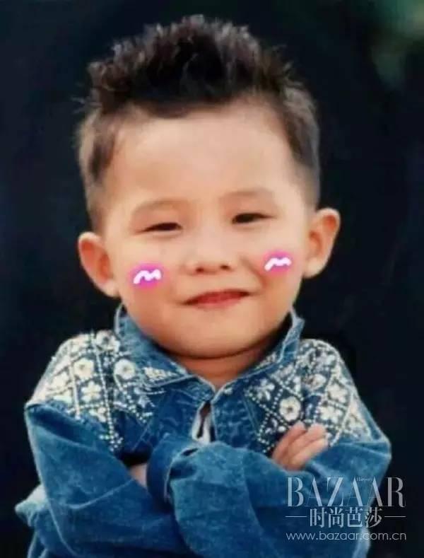 从小时候的照片里不难看出来,这个家伙笑起来真是软绵绵的太可爱了,谁