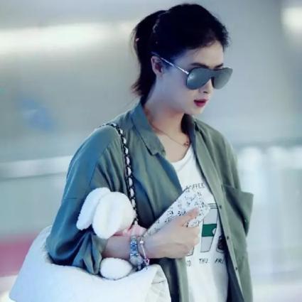 每日星范| 蒋欣 一只oversize大包赶飞机,mini包已经不能要了!