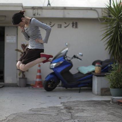 这个日本女孩好像真的在漂浮!