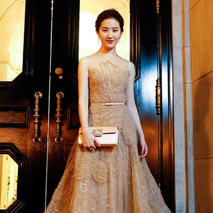 刘亦菲裸色裙装又上演仙女下凡,宋佳这头超短发帅气攻心!