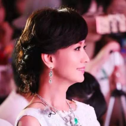 30年后,赵雅芝优雅依旧,林青霞霸气如初,真正的美人从不畏惧衰老!