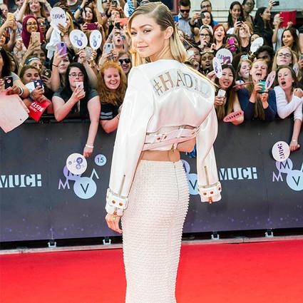 """今年流行在衣服背面""""玩花样"""",Gigi Hadid自恋到把名字印在衣服上!"""