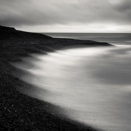 用黑白的纯粹,揭示冰岛的力量