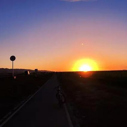 中国有一条公路,每一公里都是美景,而它最美的打开方式却不是自驾!