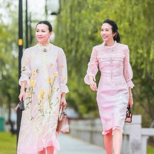 嘉玲姐的绣花裙好减龄哟,51岁穿出28的美!