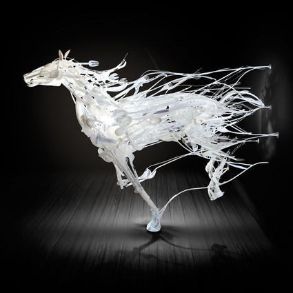 她用回收的塑料,做成让人惊艳的艺术品
