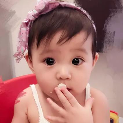 贾静雯女儿1岁玩直播,自带美瞳、长睫毛的她现在比妈妈颜值还高啦!