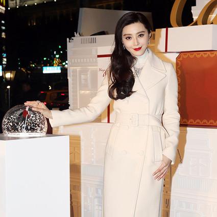 """冰冰""""圣诞装""""白皙似雪无人能敌,大表姐刘雯性感开衩裙秀宇宙长腿!"""