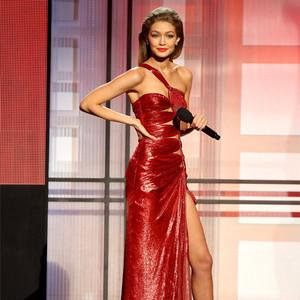 每日星范   Gigi Hadid 做主持玩换装秀,比伯表演粉丝哭晕,今年AMA嗨炸!
