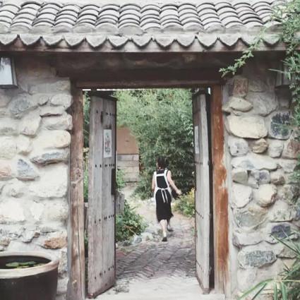 他俩关掉了北京市区的公司,搬到乡下烧陶、劈柴、做手工,还吸引了一群90后回归田园