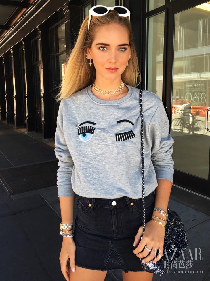 时尚博主Chiara 穿着同名品牌Chiara Ferragni 2016秋冬系列俏眼睛长袖卫衣